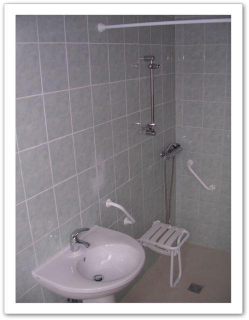 salle d 39 eau pour personne mobilit r duite. Black Bedroom Furniture Sets. Home Design Ideas